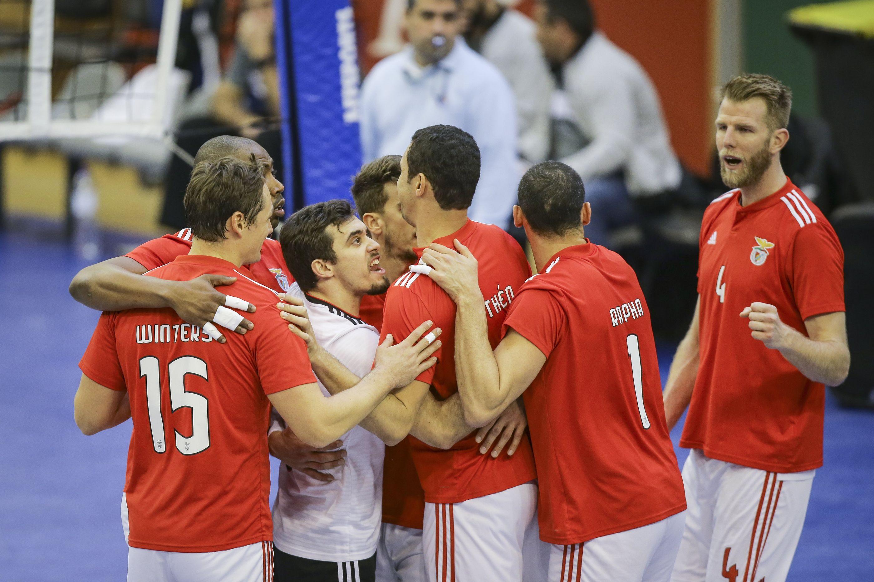 Benfica castiga o rival em três 'atos' e rouba a liderança ao Sporting