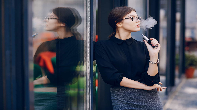 """Dois populares sabores de cigarros eletrónicos """"destroem função pulmonar"""""""