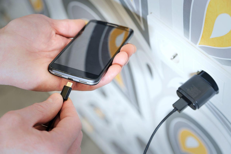 Morre eletrocutado ao estar de phones ligados a telemóvel em carregamento