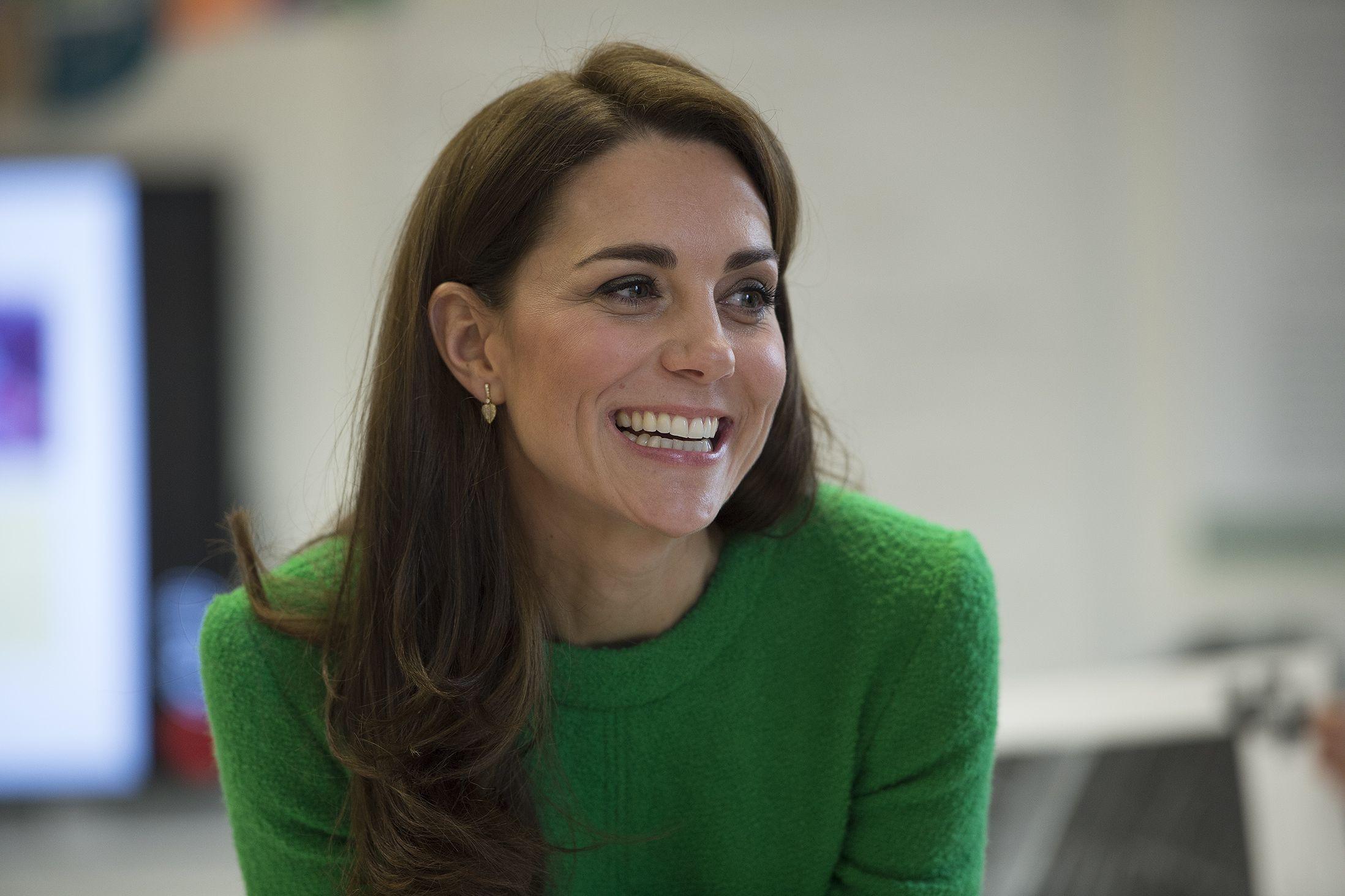 Kate Middleton troca saltos altos por ténis e é vista a passear com filho