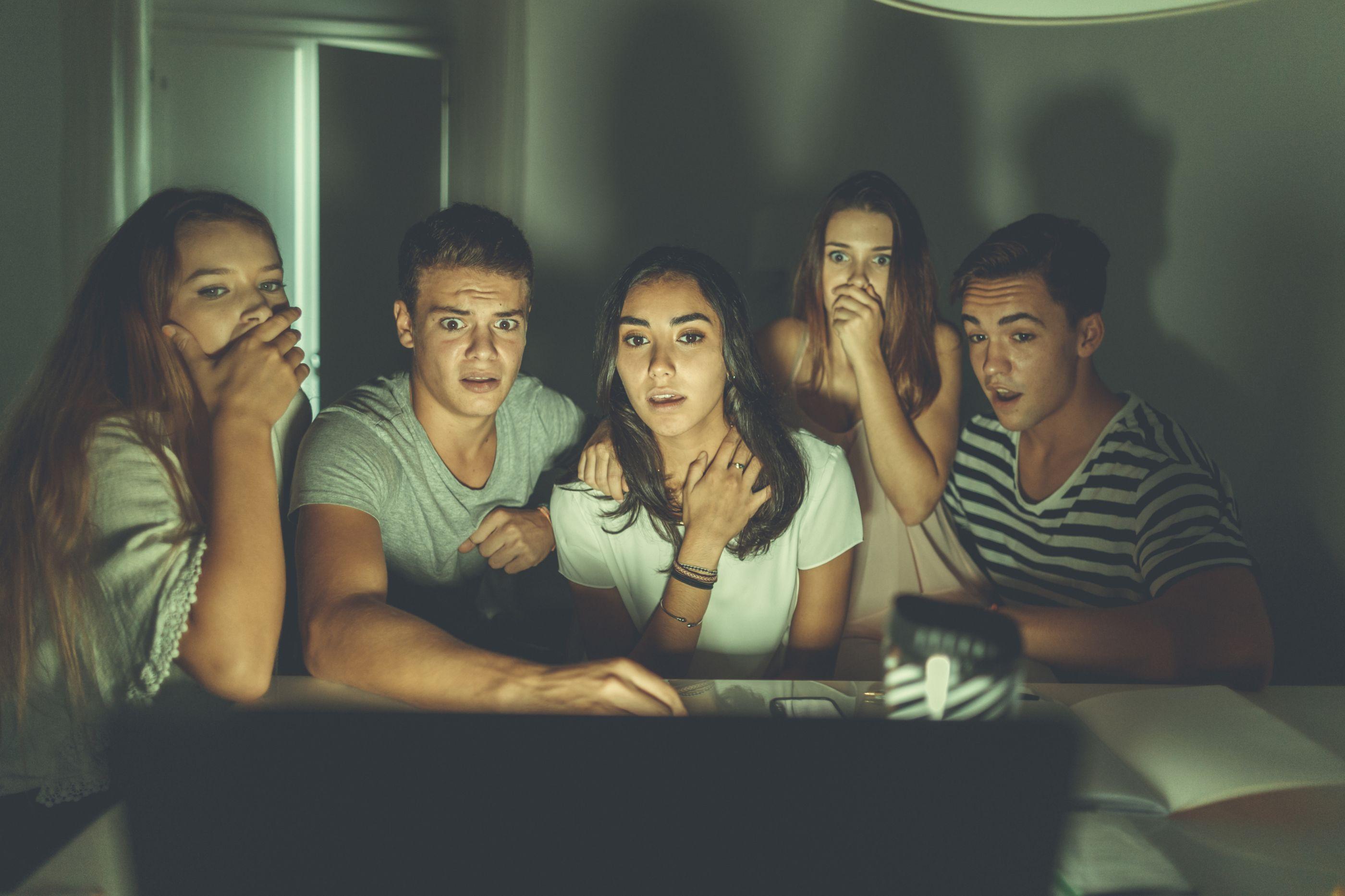 Ver maratonas de séries na Netflix aumenta risco de cancro do intestino