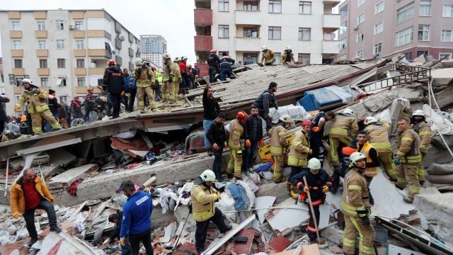 Colapso de prédio em Istambul. Há, pelo menos, uma vítima mortal