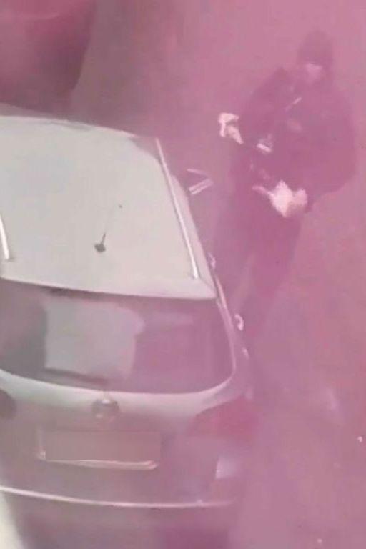 Enquanto multa carro, fiscal de parquímetros... atira lixo para o chão