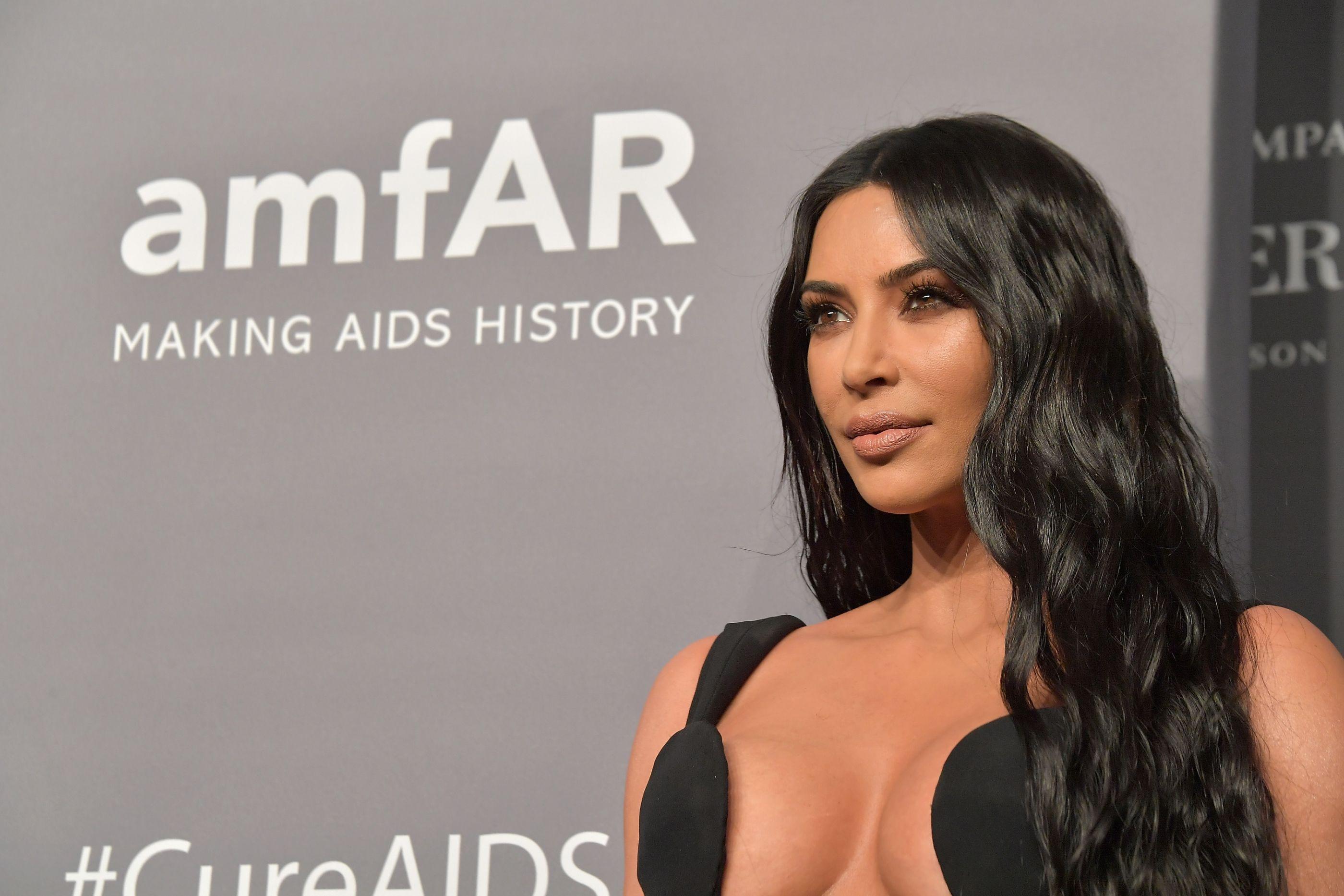 Kim Kardashian na inauguração do centro médico em homenagem ao pai