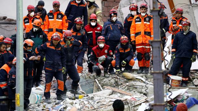 Criança encontrada viva nos escombros de prédio que ruiu na Turquia