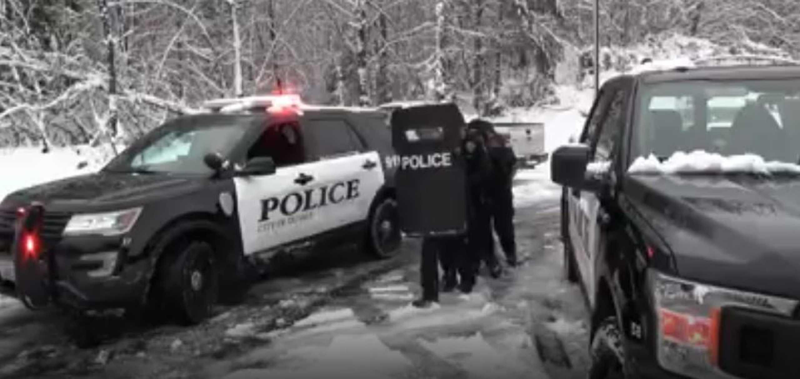Polícias e grupo de crianças em confrontos... de neve. Ora veja