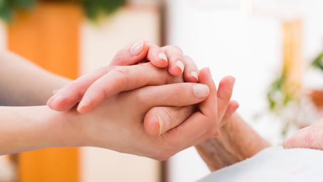 CDS-PP apresenta hoje lei que prevê pagamento a cuidador familiar