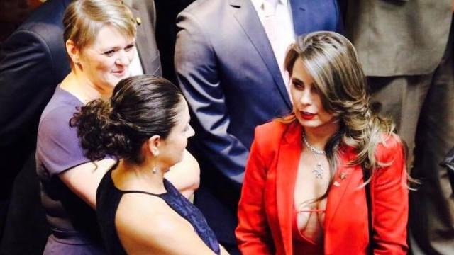 """Decote de deputada 'incendeia' redes sociais. """"Não arredo pé do que sou"""""""