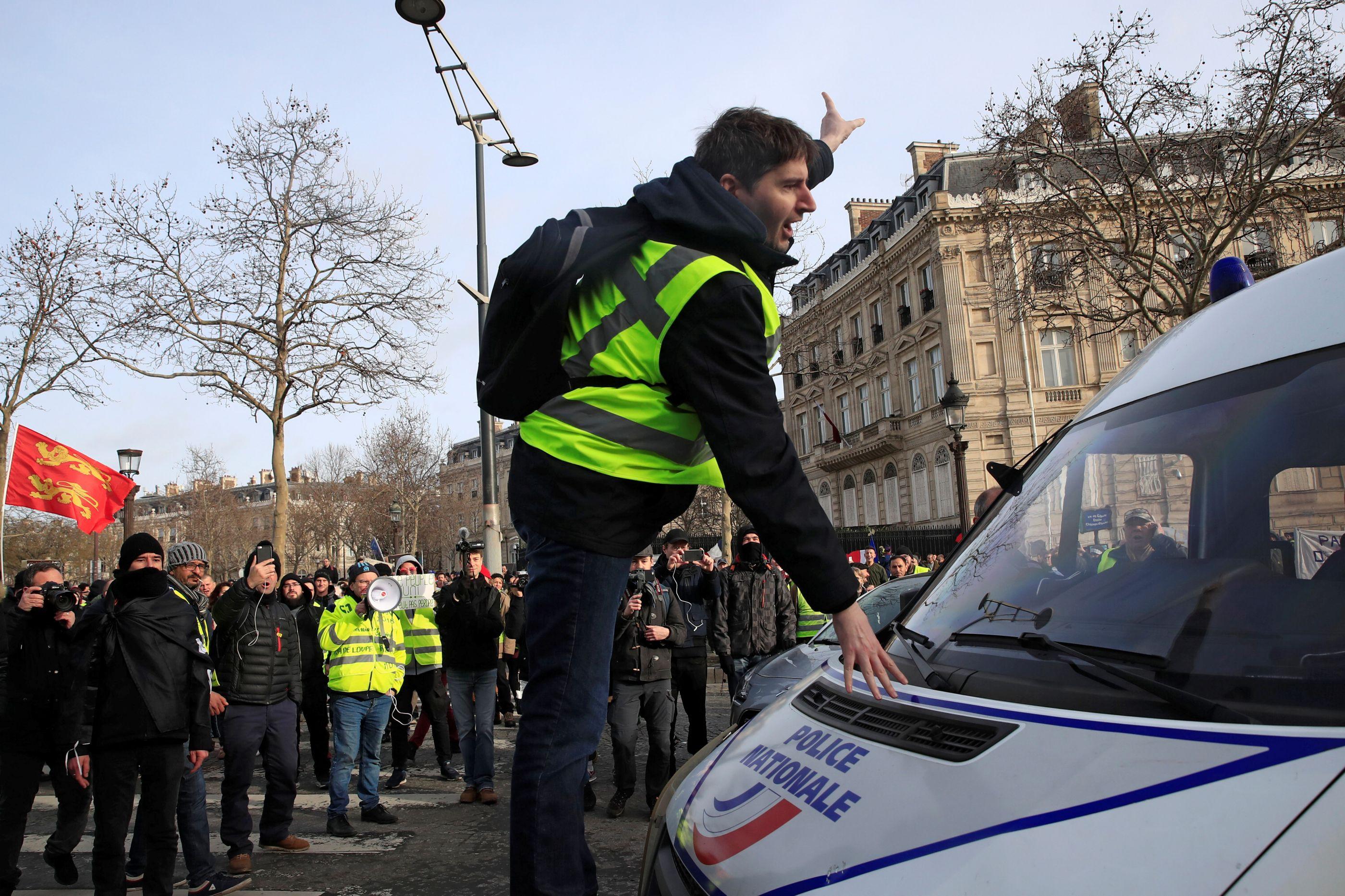 Manifestante dos 'coletes amarelos' perde mão durante confrontos em Paris