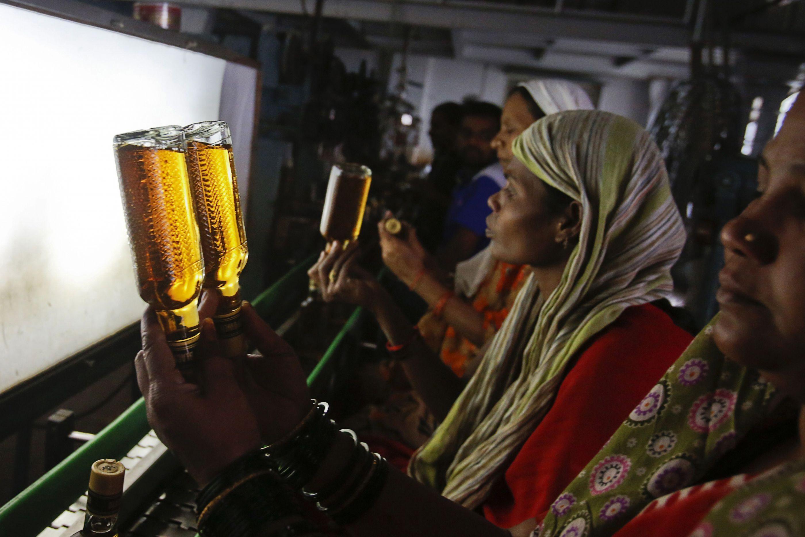 Cinquenta e dois mortos devido a consumo de álcool adulterado na Índia
