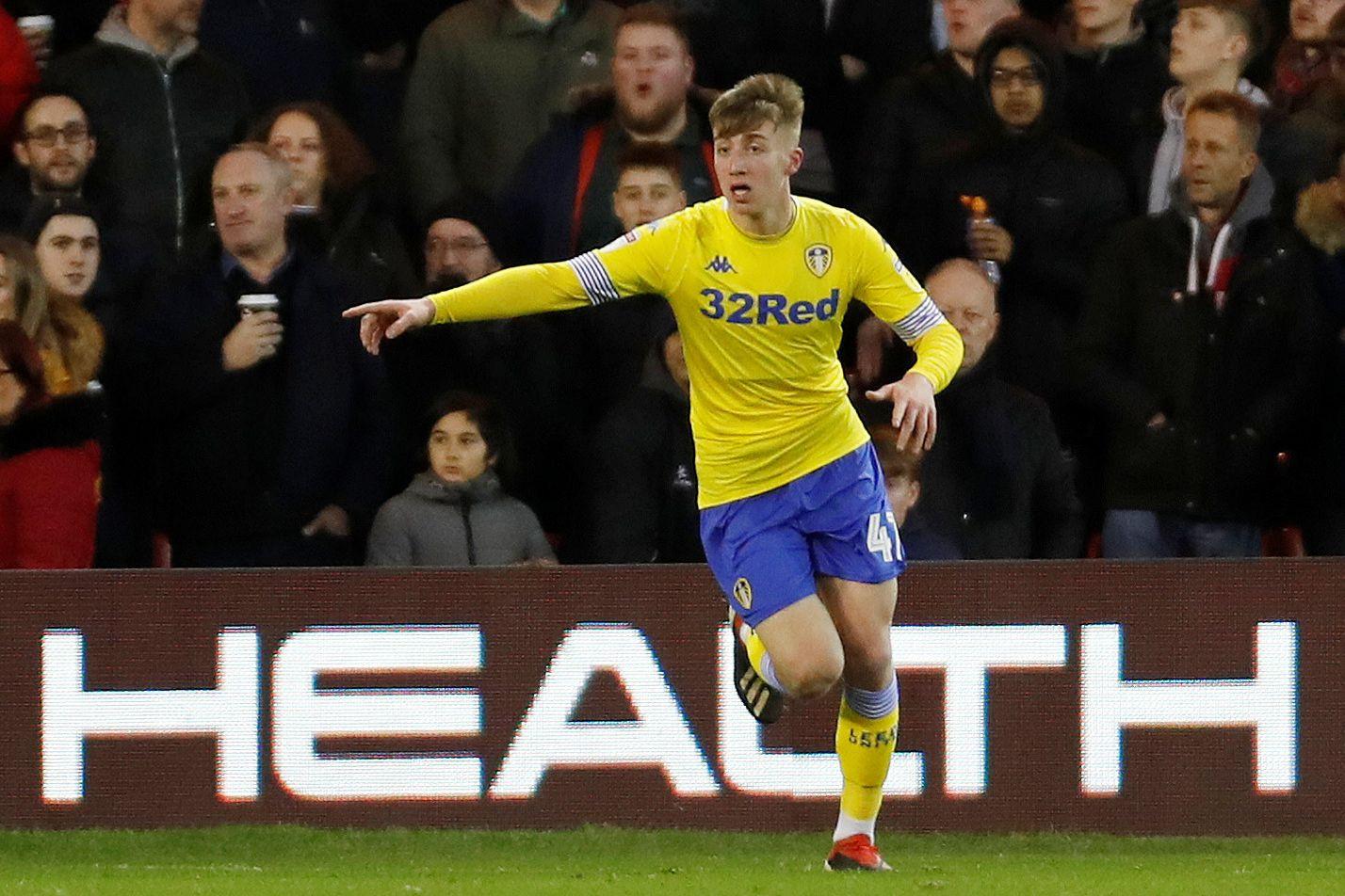Jovem jogador do Leeds colapsa no banco e vai de emergência para hospital