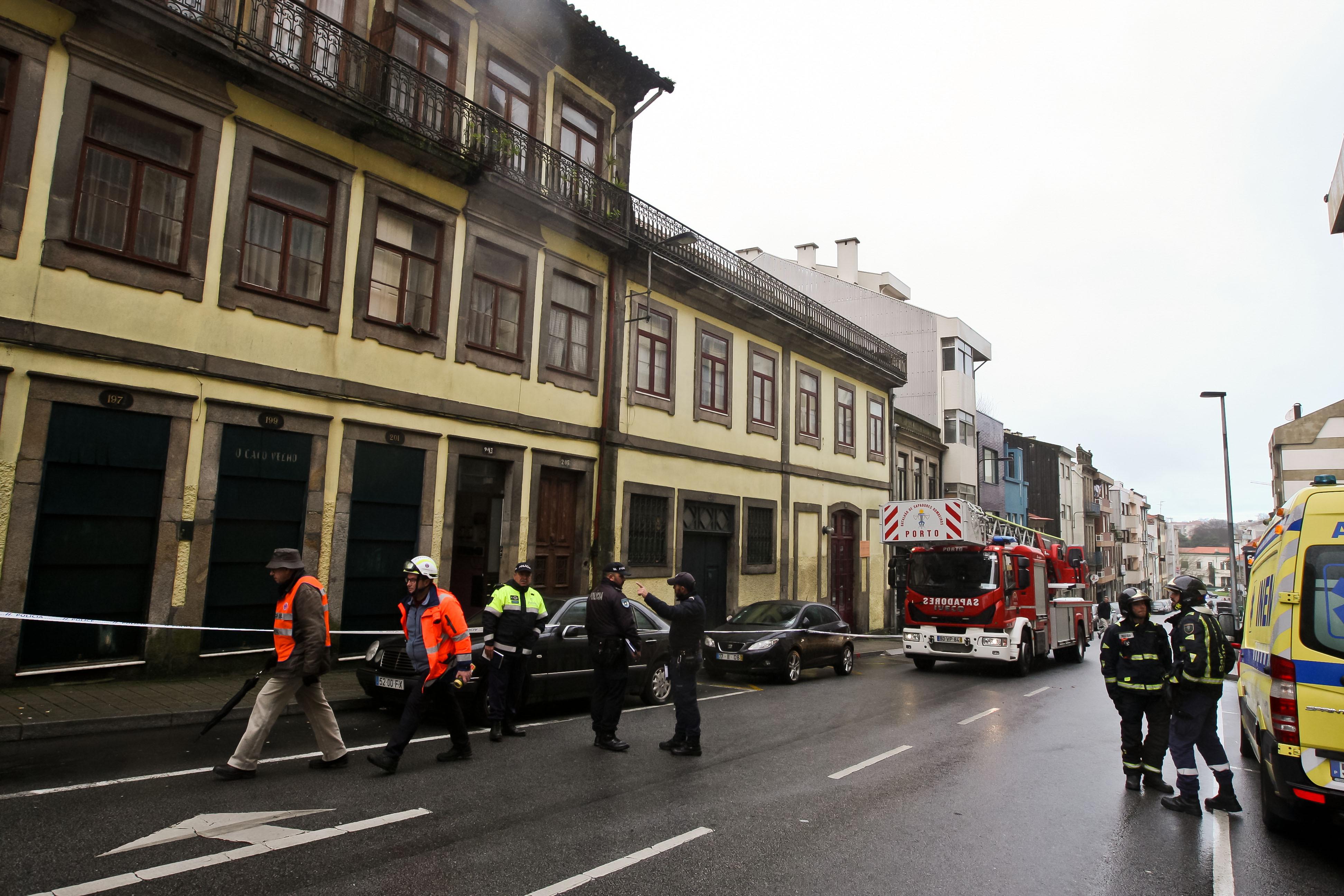 Um bombeiro ferido em queda de grua no Porto