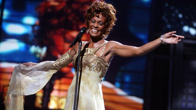 Faz hoje sete anos que Whitney Houston partiu (pouco antes dos Grammys)