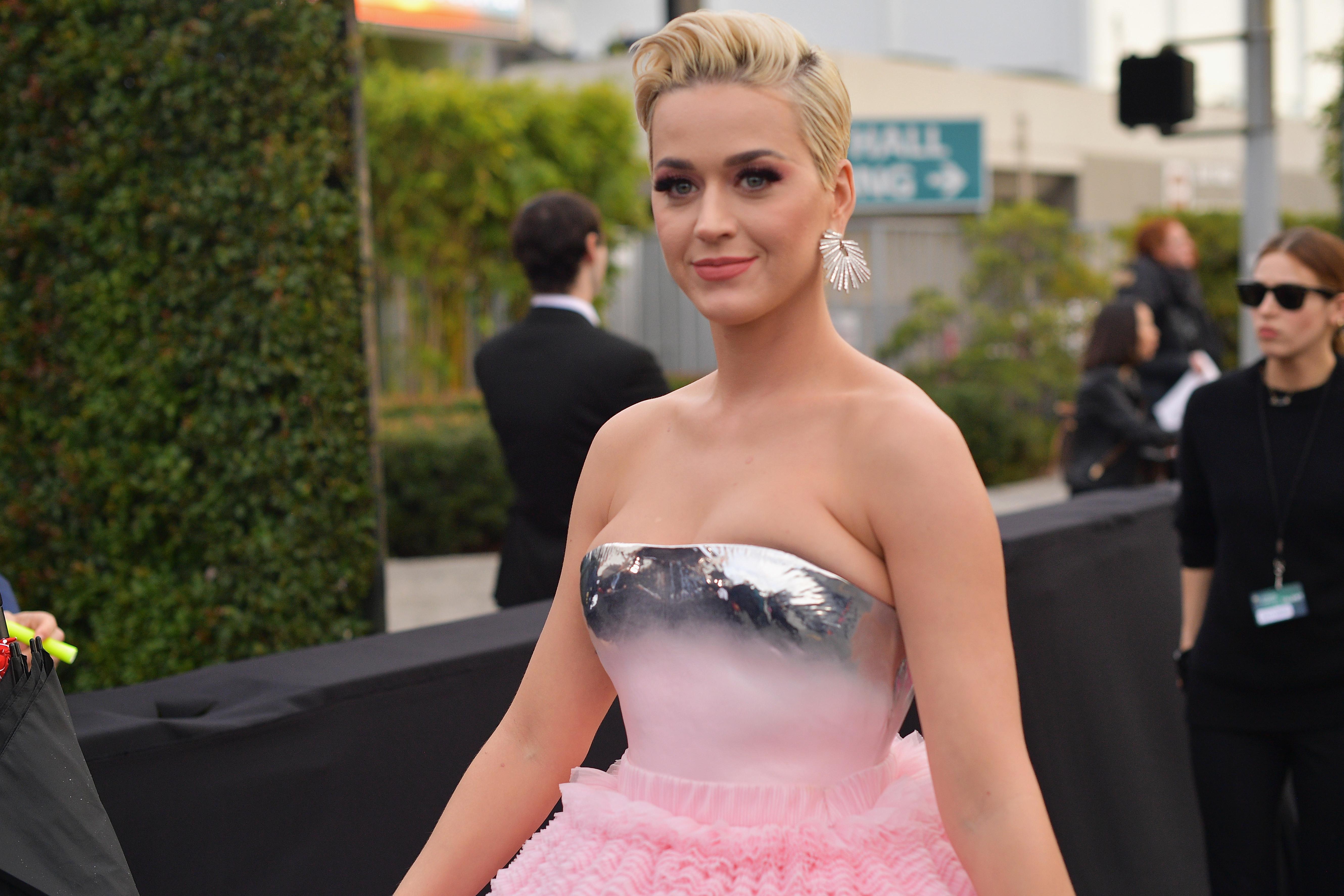 Padrão cobra e cor-de-rosa: Eis o look de Katy Perry para ir à Broadway