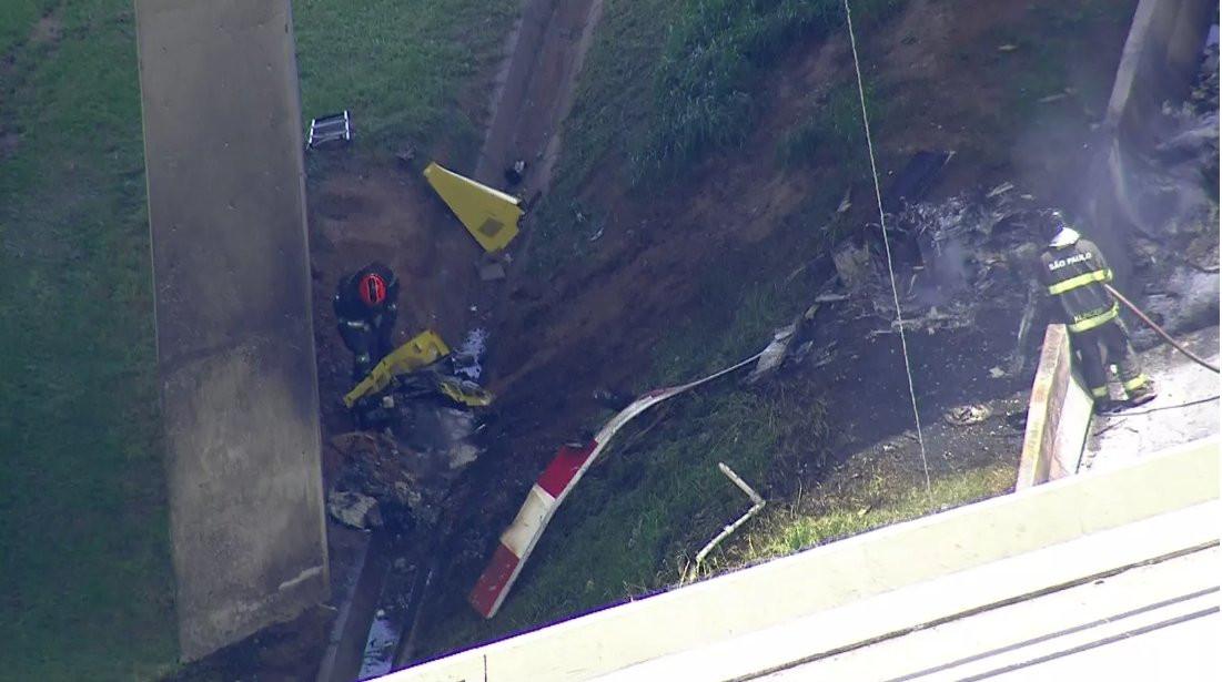 Helicóptero despenha-se sobre estrada em São Paulo e causa dois mortos