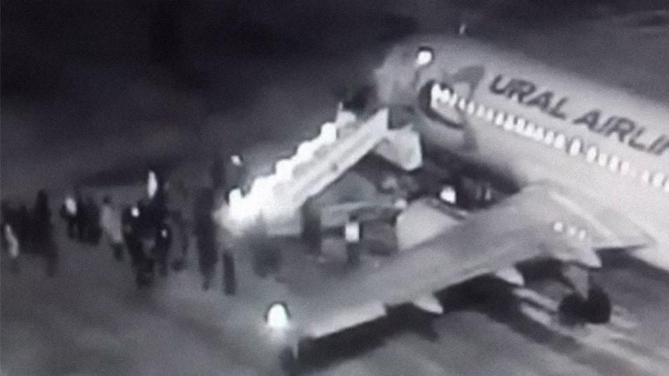 Escadas de avião colapsam e ferem seis passageiros na Sibéria