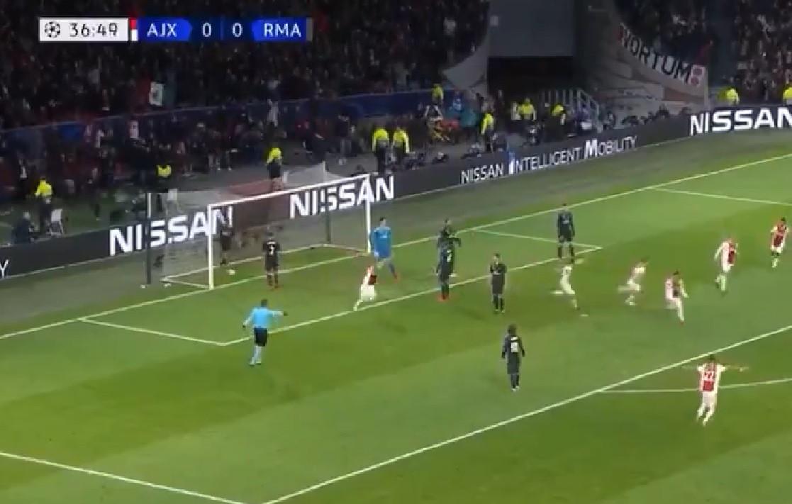 O 1.º golo anulado pelo VAR na Champions aconteceu no Ajax-Real Madrid