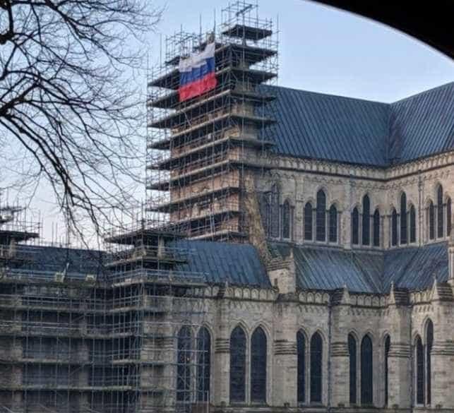 Bandeira russa colocada nos andaimes da catedral de Salisbury