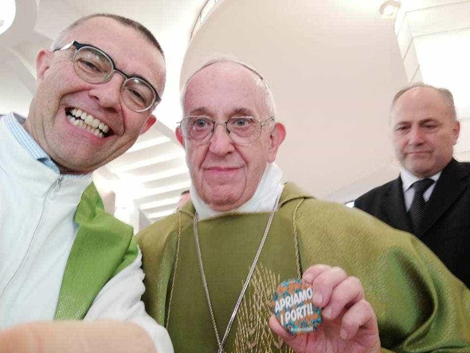 """Papa Francisco tira fotografia com a mensagem """"Vamos abrir os portos"""""""