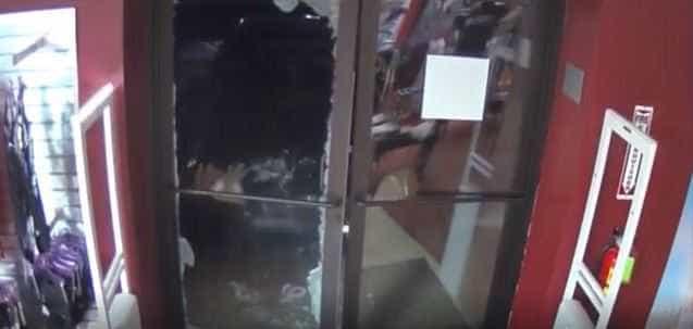 Arromba portas de loja com o carro e rouba lingerie e brinquedos sexuais