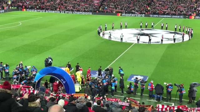 Arrepiante: Adeptos do Liverpool abafam hino da Champions com cântico