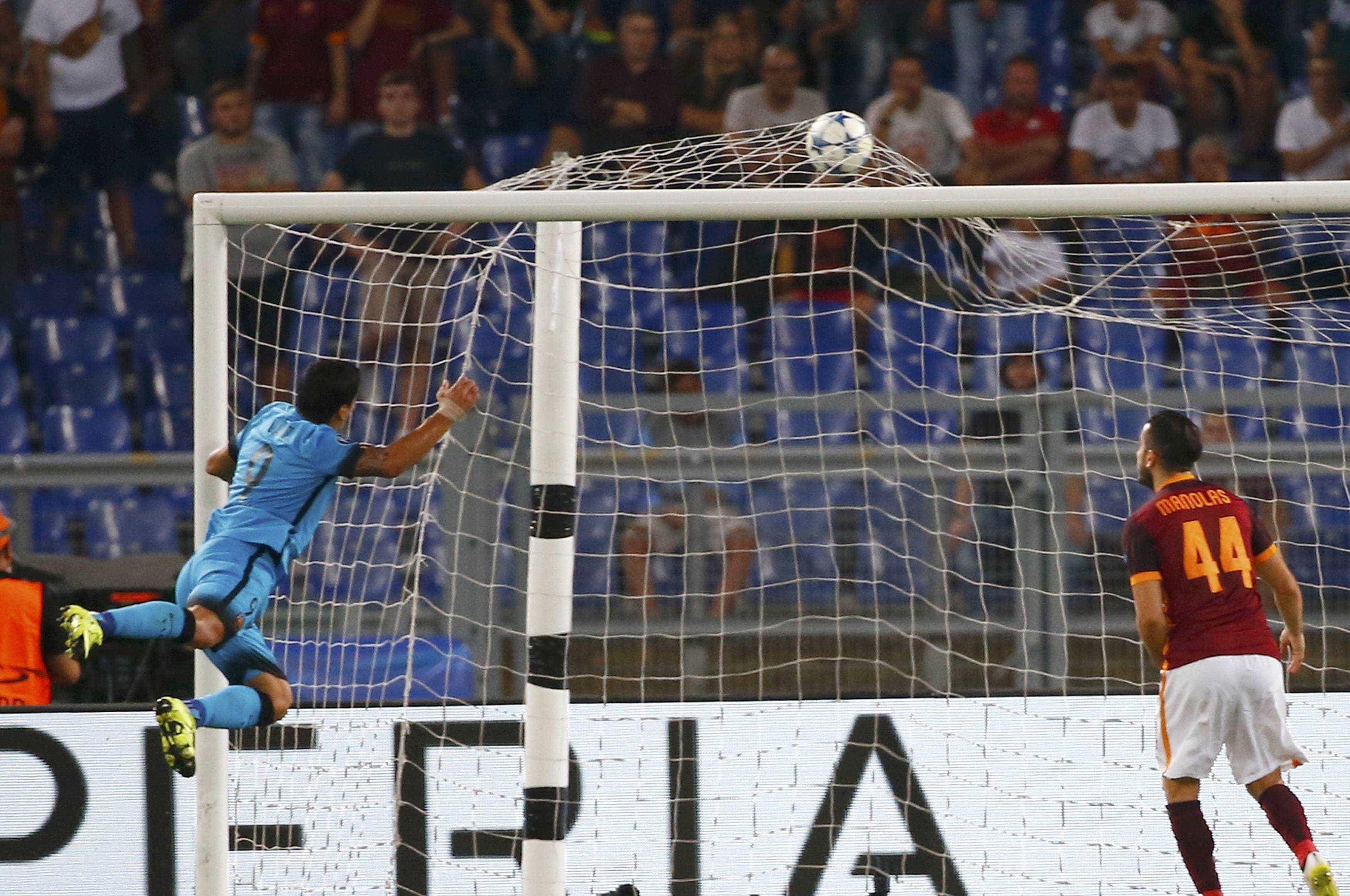 Este golo de Suárez merece ser recordado, mas não pelos melhores motivos