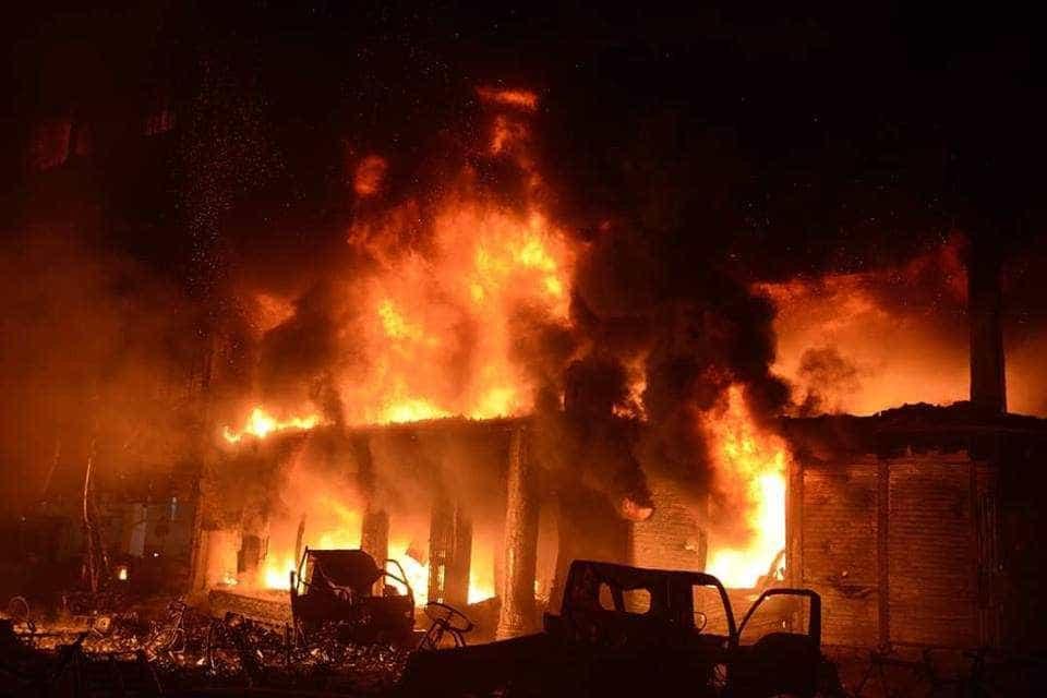 As imagens do incêndio que matou pelo menos 70 pessoas no Bangladesh