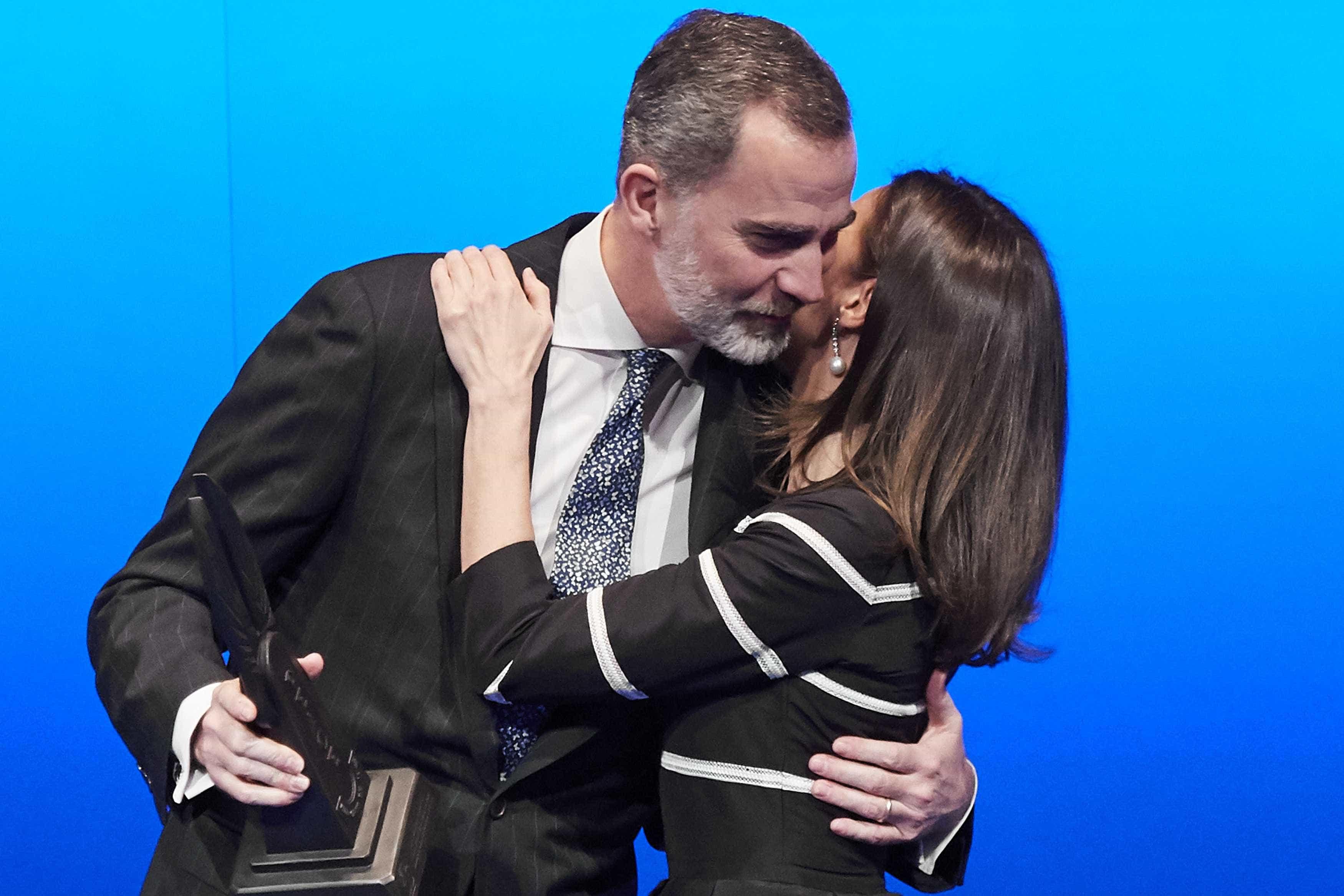 Reis de Espanha trocam um beijo... com Marcelo Rebelo de Sousa ao lado