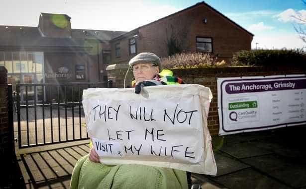 Idoso proibido de ver a mulher começa protesto à porta de casa de repouso