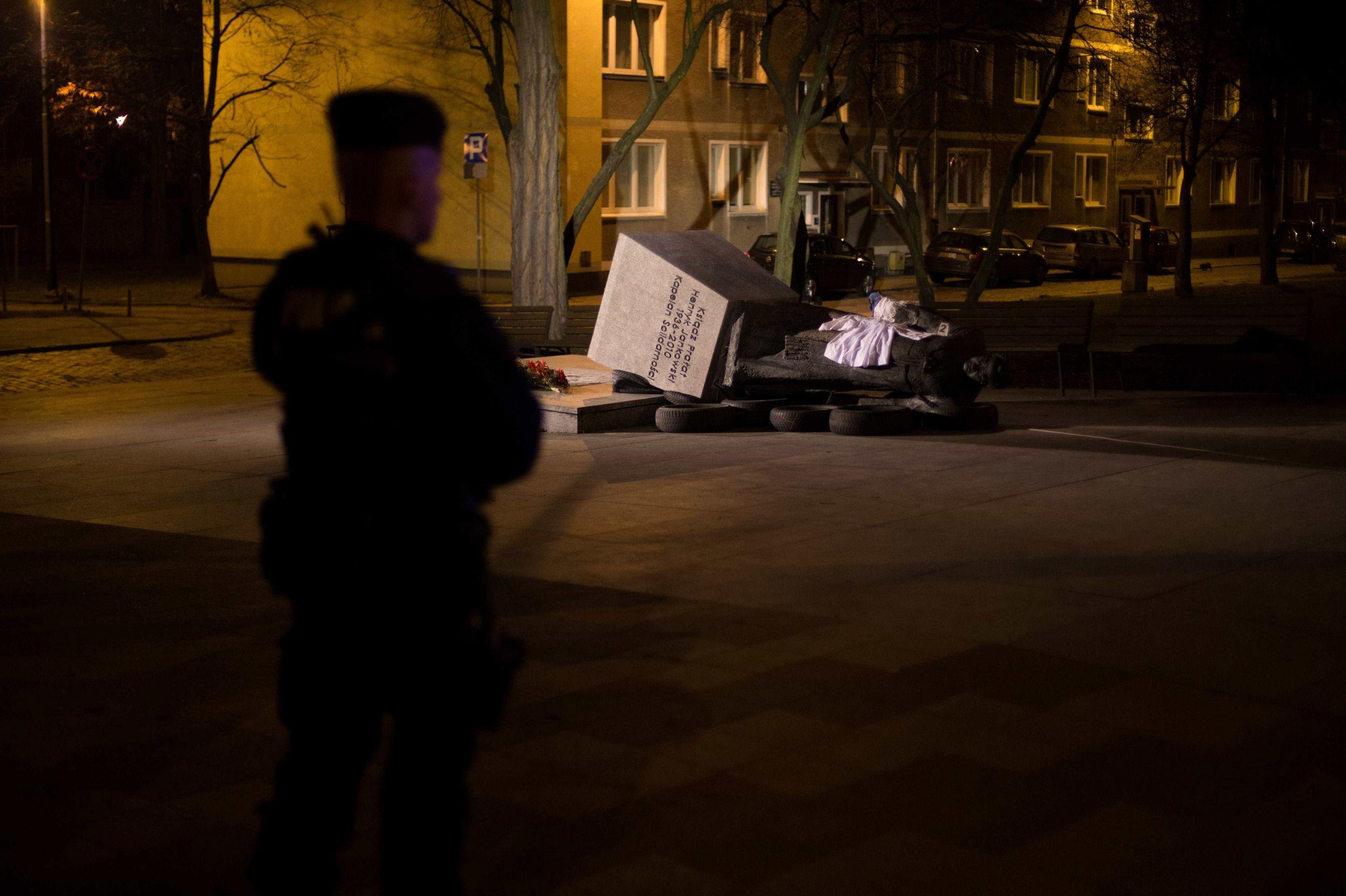 Estátua de padre investigado por pedofilia derrubada na Polónia