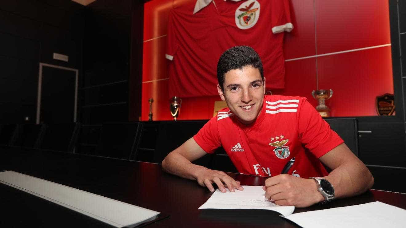 Juvenil de 16 anos assina contrato profissional com o Benfica