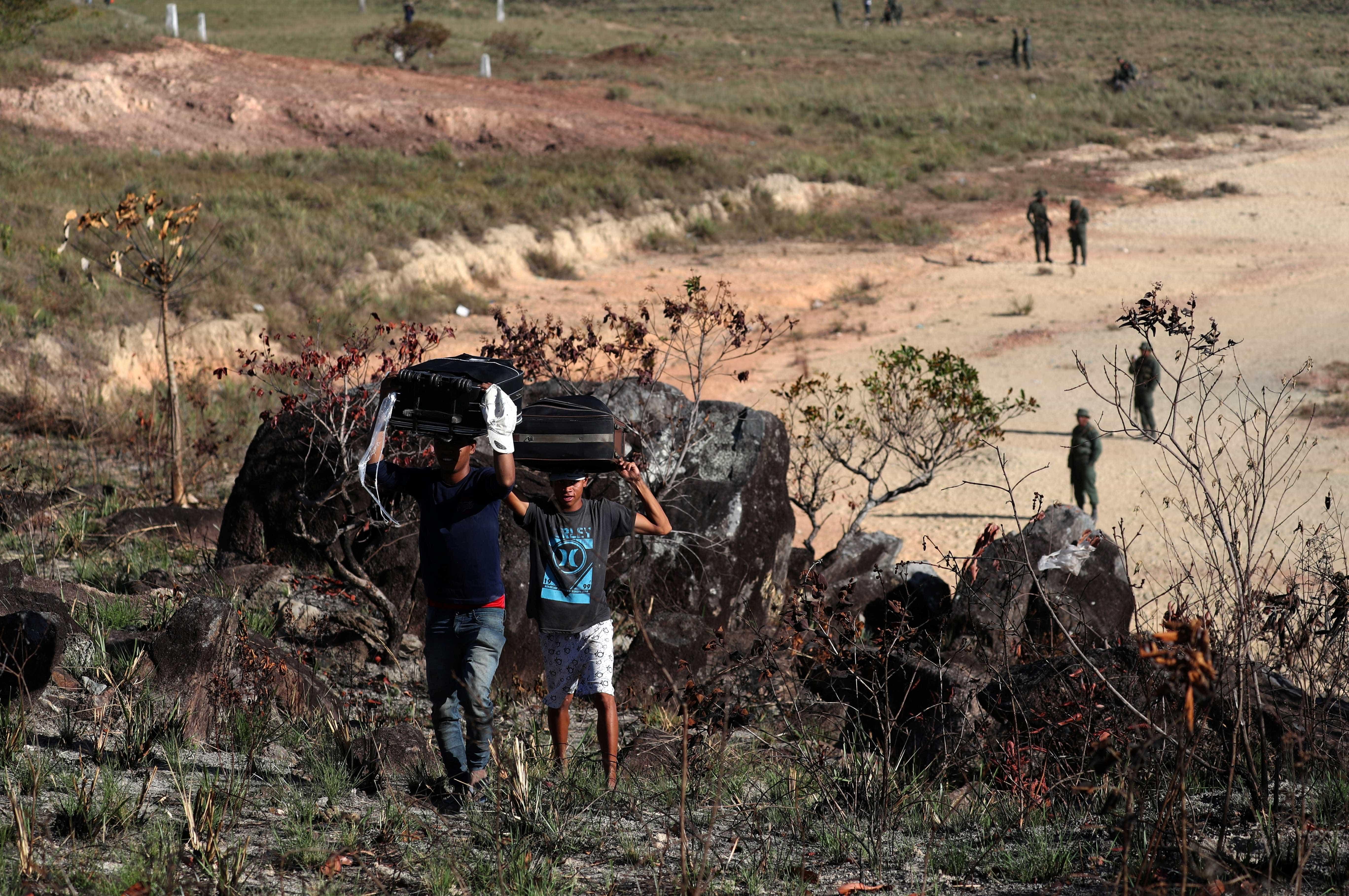 Militares lançam gás lacrimogéneo para evitar saída de venezuelanos