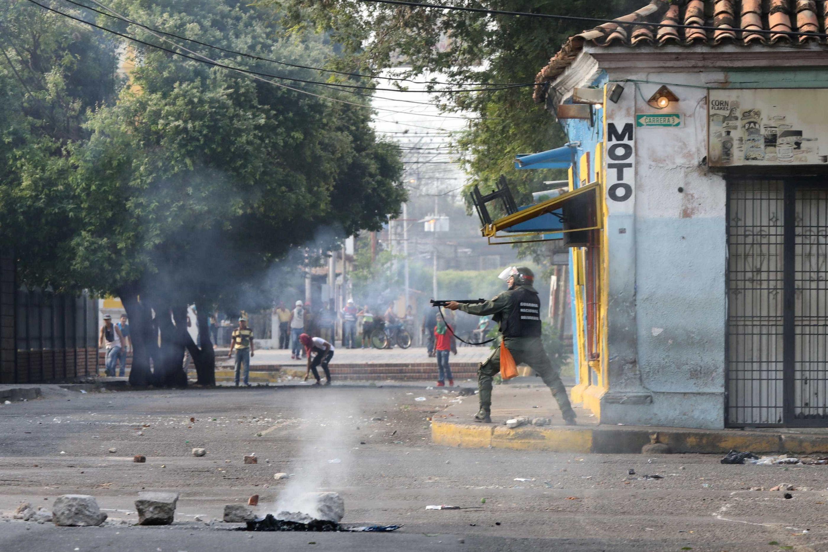 Pedras, fogo e o desespero de quem tenta lutar por ajuda na Venezuela