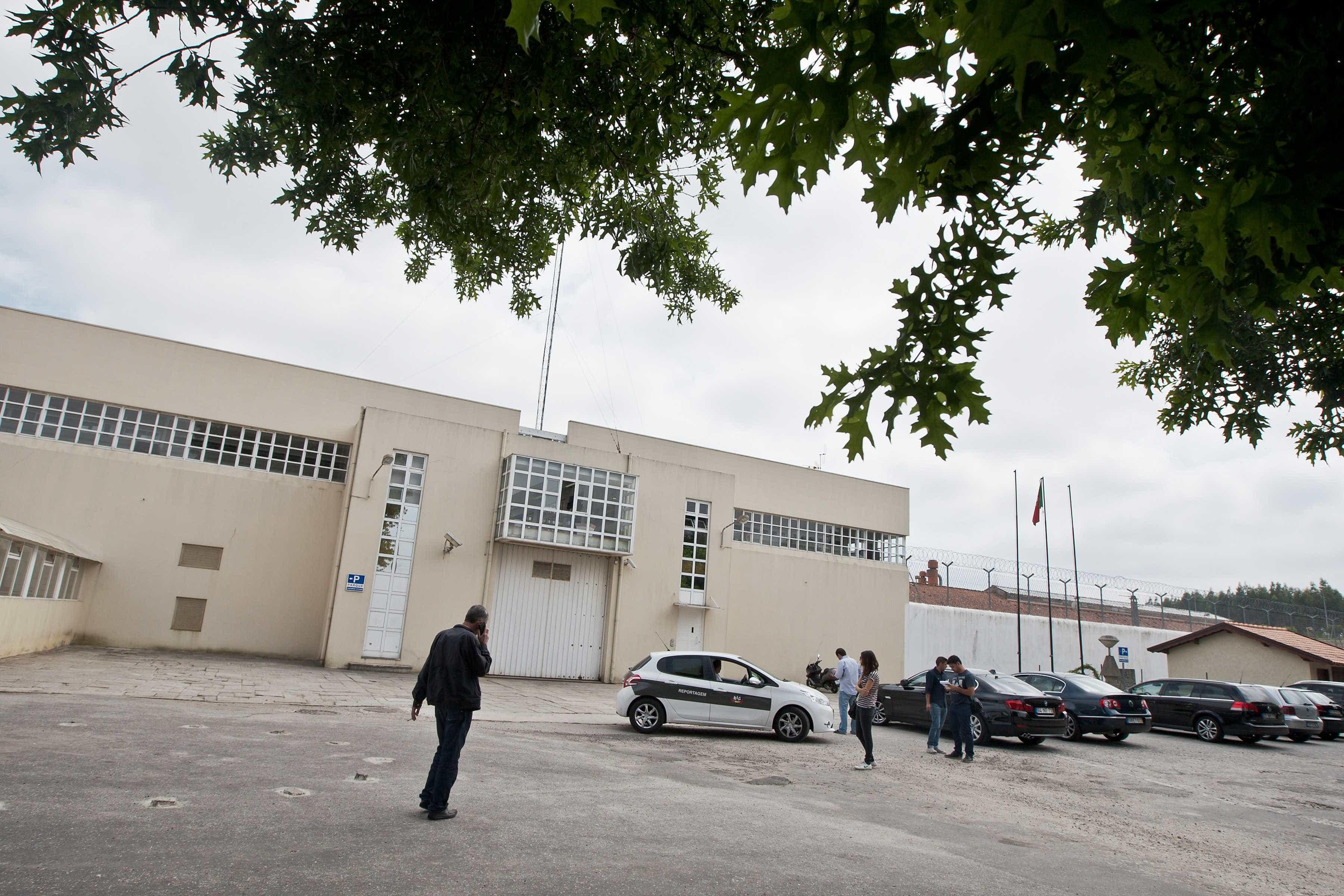 Prisão de Paços é alvo de novas buscas. Seringas e droga apreendidas
