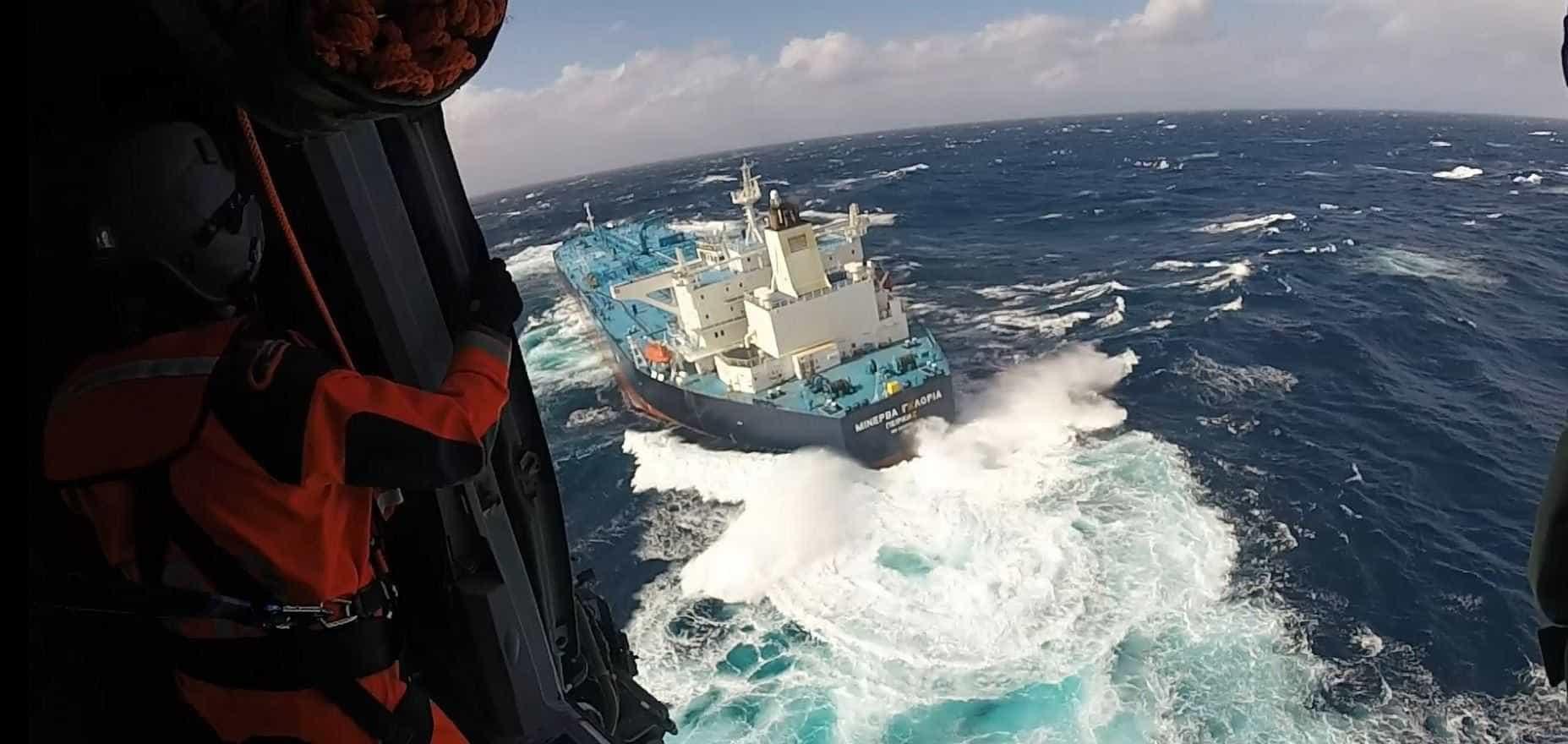 """Força Aérea resgata comandante de navio grego em estado """"muito grave"""""""