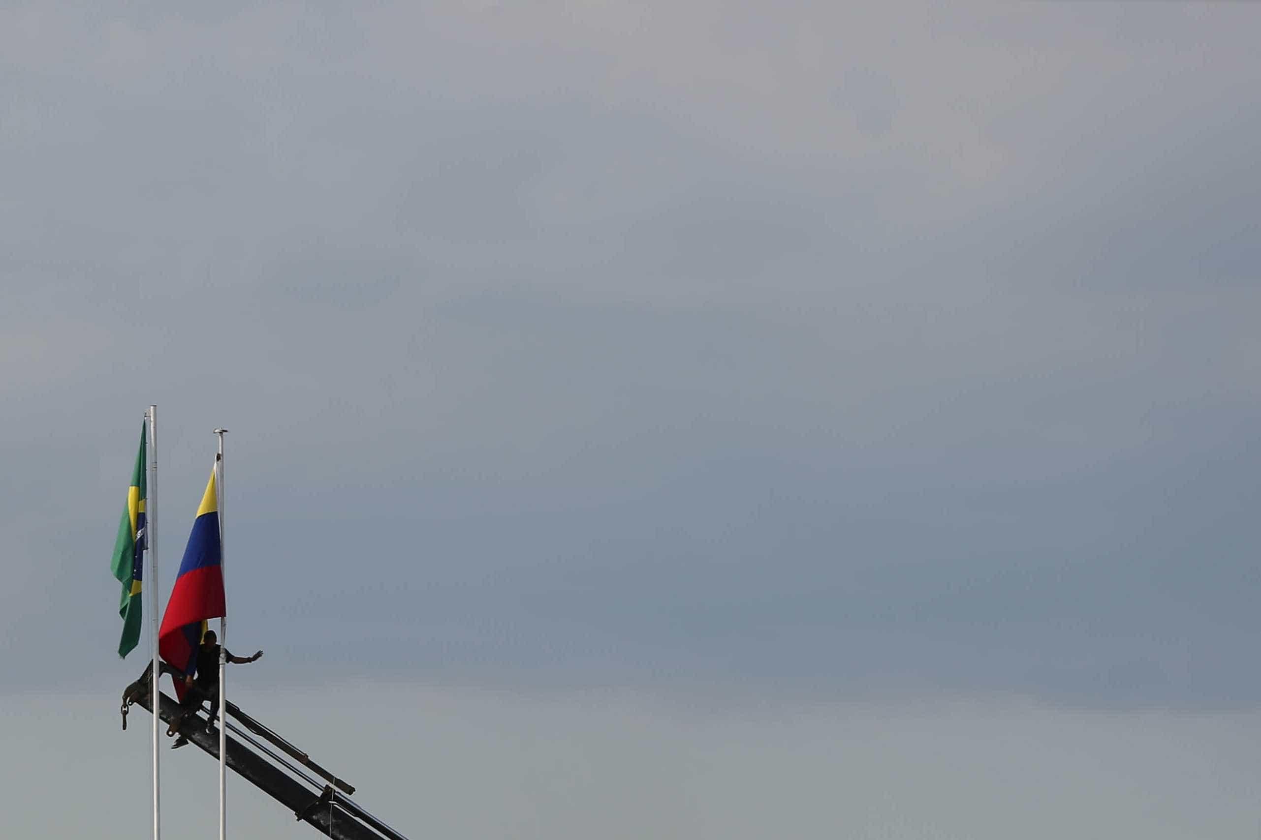 Bandeira hasteada na fronteira com o Brasil por apoiantes de Maduro