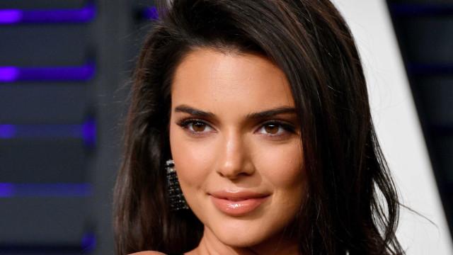 Ousadia! Kendall Jenner leva rachas de vestido ao extremo