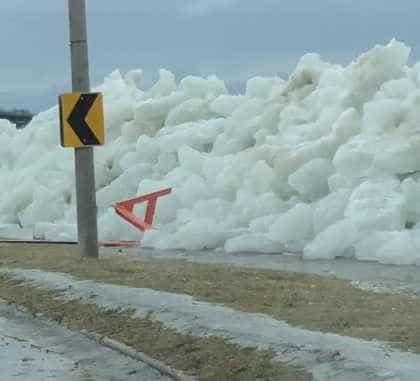 Ventos fortes empurram gelo do rio Niagara sobre muro