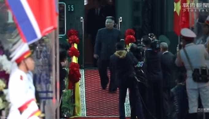Assistente de Kim Jong-un entra em pânico e protagoniza momento caricato