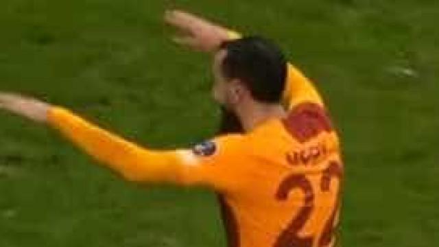 Mitroglou tentou comandar festejos do Galatasaray mas não correu nada bem