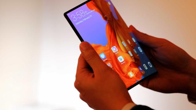 Huawei não adiará lançamento de smartphone dobrável