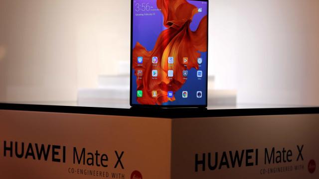 Líder da Huawei deixa críticas ao smartphone dobrável da Samsung
