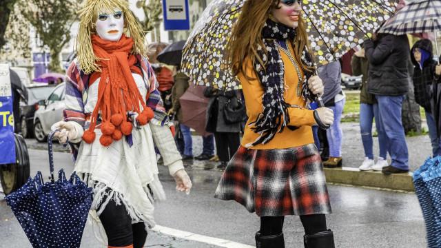 Tanto ameaçou que está aí: Mau tempo 'ensombra' Carnaval
