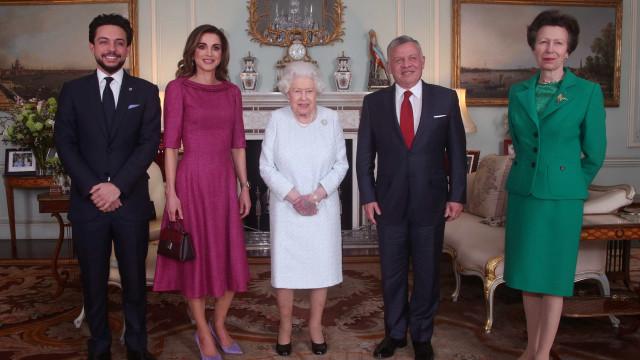 Porque é que a rainha estava com a mão roxa? As possíveis causas