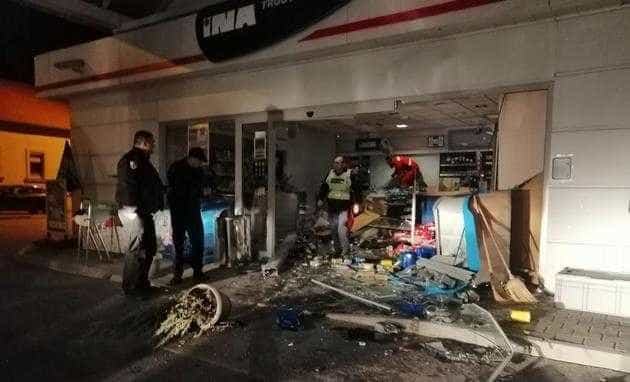 Médio croata despedido após 'destruir' estação de serviço com o carro