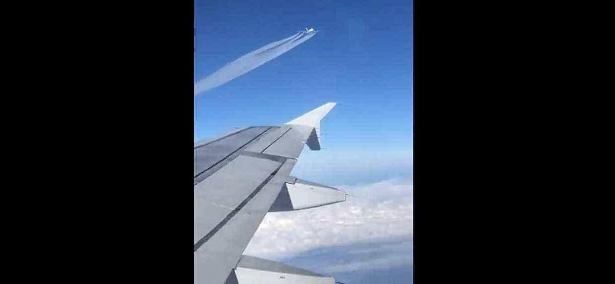 Passageiro filma momento em que dois aviões se cruzam no céu