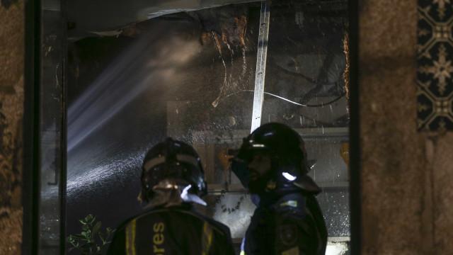 Bombeiro ferido quando combatia incêndio em restaurante de Gaia