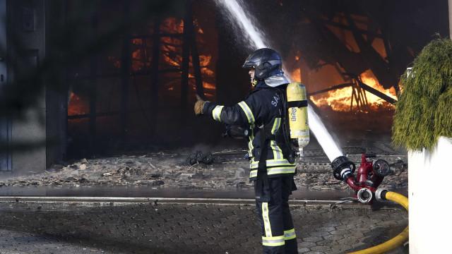 Fábrica em Odivelas está tomada pelas chamas