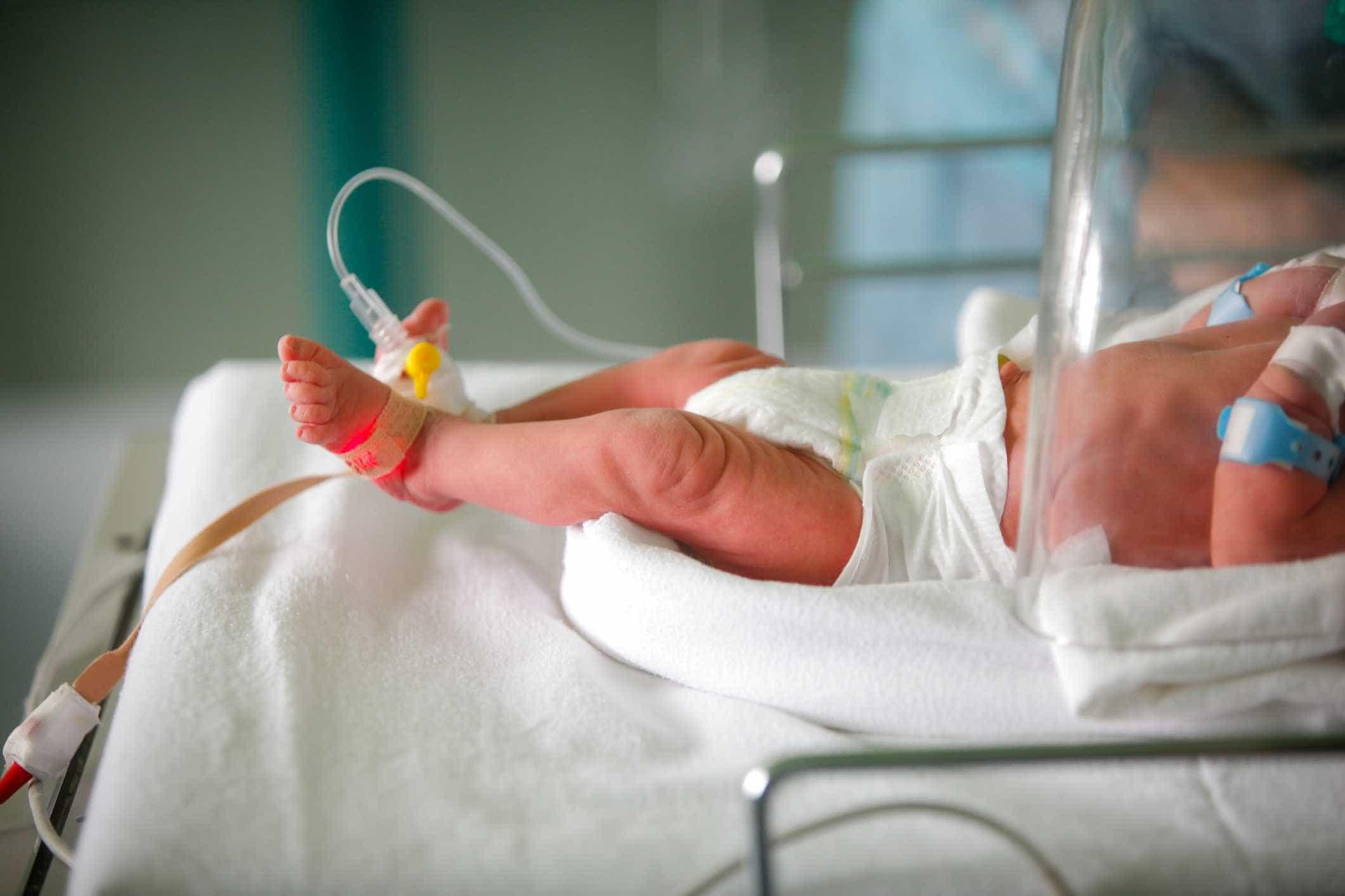 Recém-nascido dado como morto volta a respirar nos braços dos pais