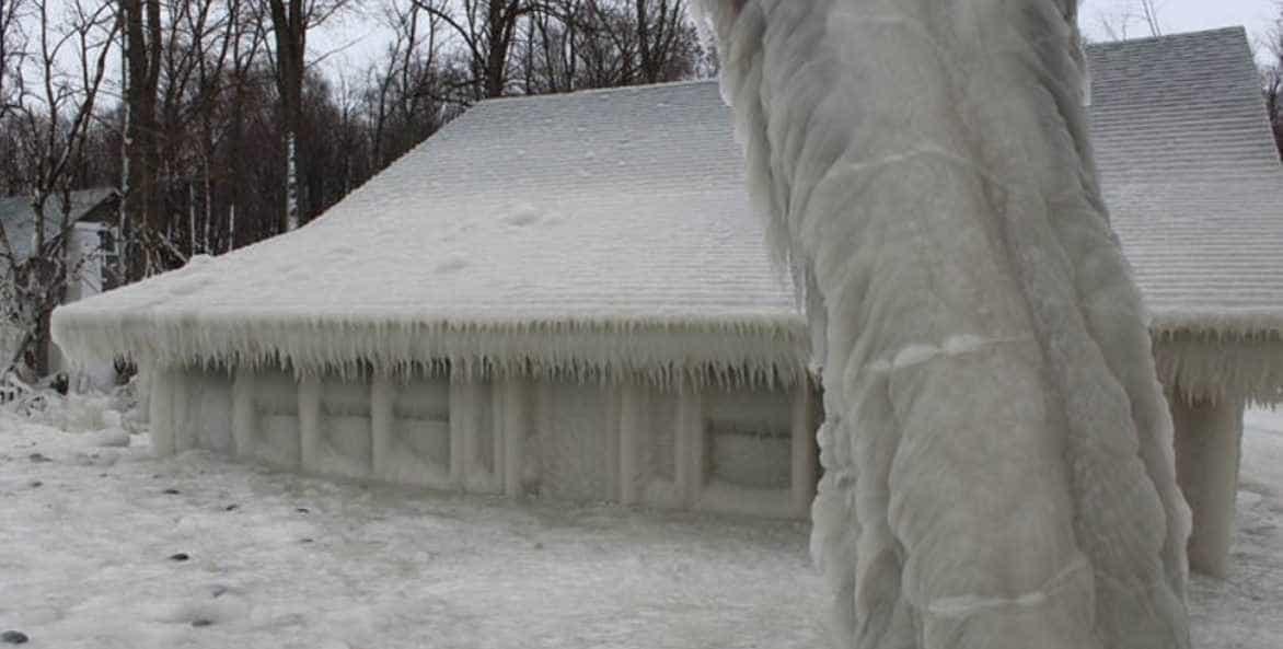 Casa ficou envolvida numa cobertura de gelo devido às baixas temperaturas